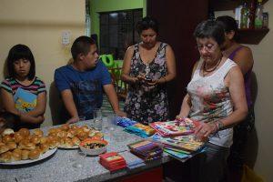Pasitos 21 avril 2016 distribution de petits cadeaux : des livres, des couleurs, des pastels, des crayons...